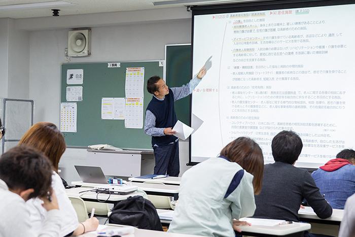 授業に取り組む生徒