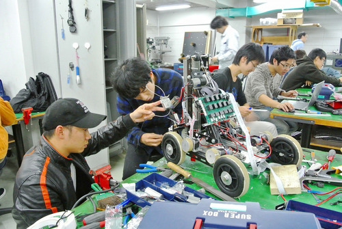 photo: ロボット機械コース作業風景とロボコンへの参加記録