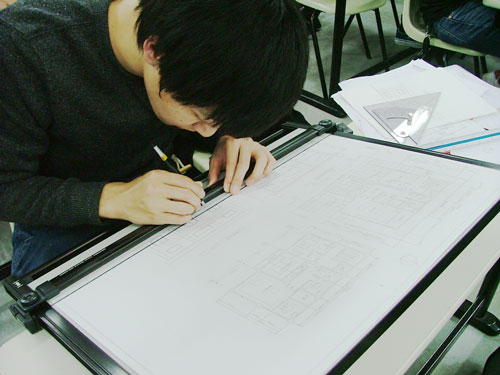 photo: Ⅱ部建築学科+フレックス建築学科 設計製図Ⅰ学年末試験を行いました