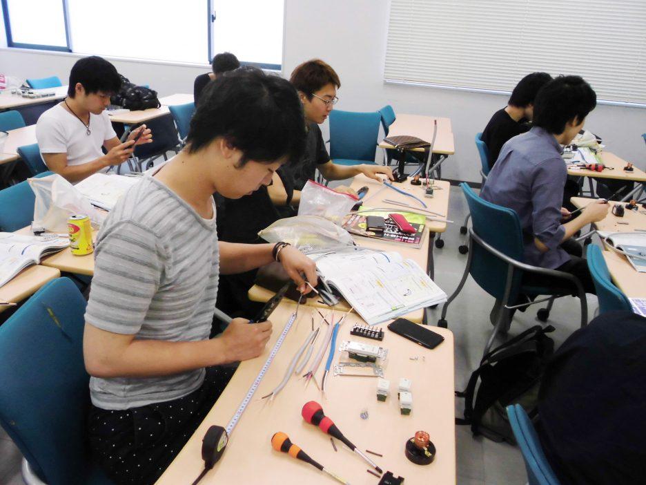 photo: 1年生 電気工事1・実習授業