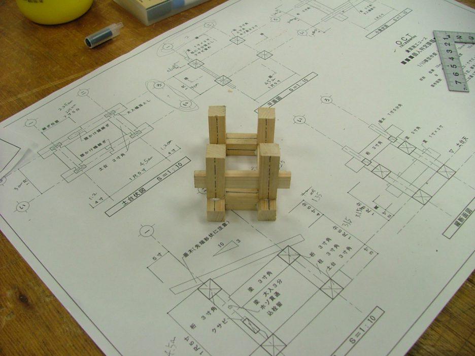 photo: 建築学科 1年 施工専攻 軸組模型製作実習