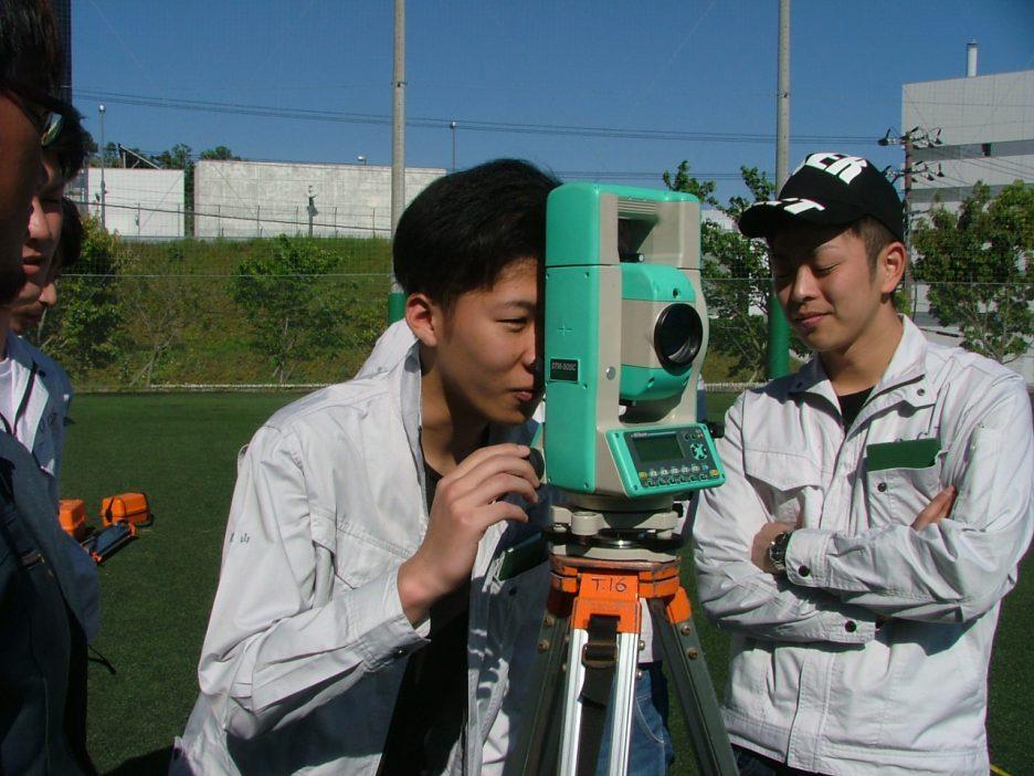 photo: 建築学科2年 施工専攻技術コ-ス「実測実地訓練」彩都キャンパスで行いました