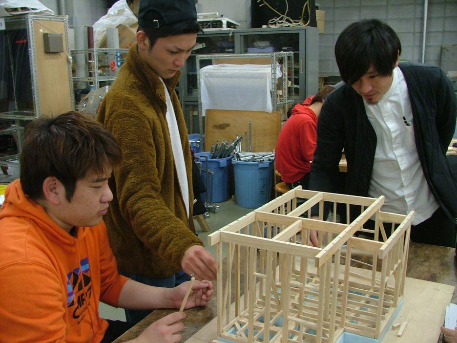 photo: 建築学科1年生 施工専攻 軸組模型製作実習その①