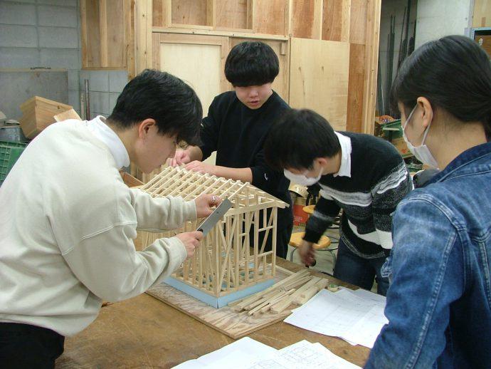 photo: 建築学科1年生 施工専攻 1/20軸組模型製作完成