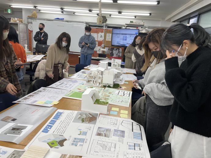 photo: インテリアデザイン学科1年生 設計製図Ⅰ 模型・プレゼンシート製作発表